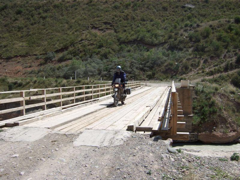 Holzbrücke über den Small Naryn