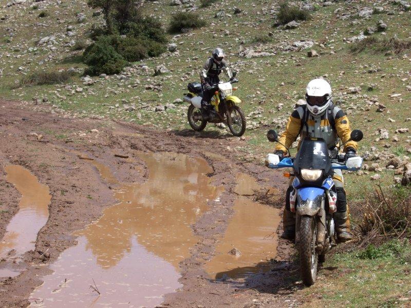 Schlammige Gebirgspiste in Marokko