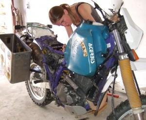 Suse beim Motorrad schrauben