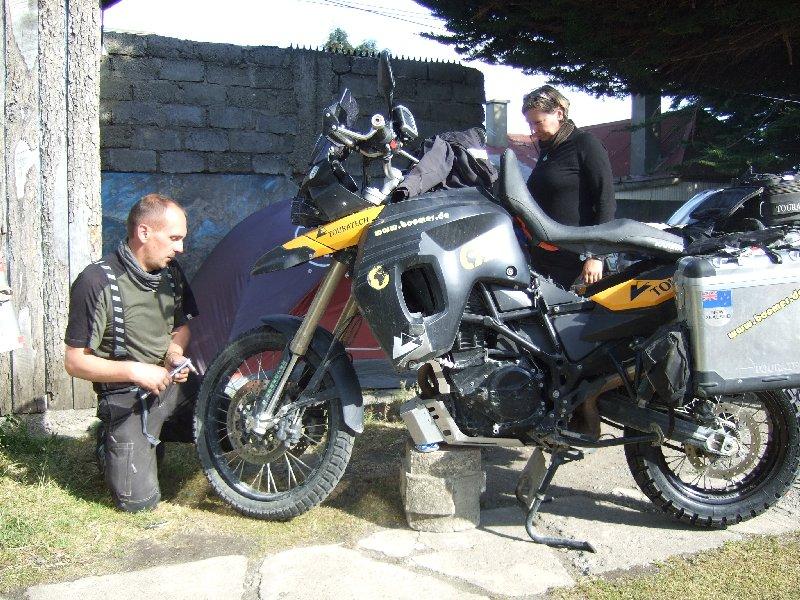 Kati und Jens beim Reifenwechsel
