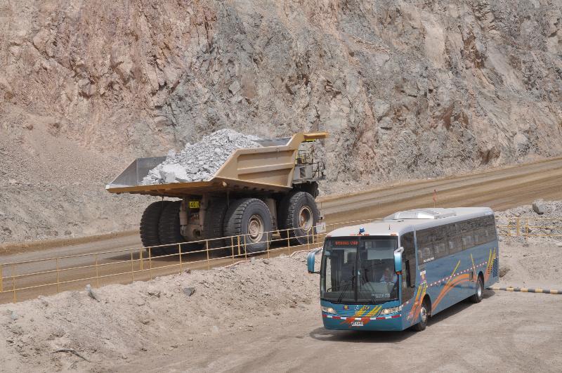 Muldenkipper contra Reisebus